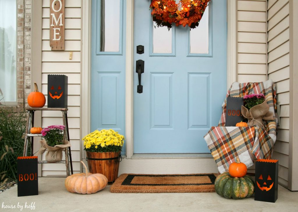 A spooky Halloween front stoop via House by Hoff